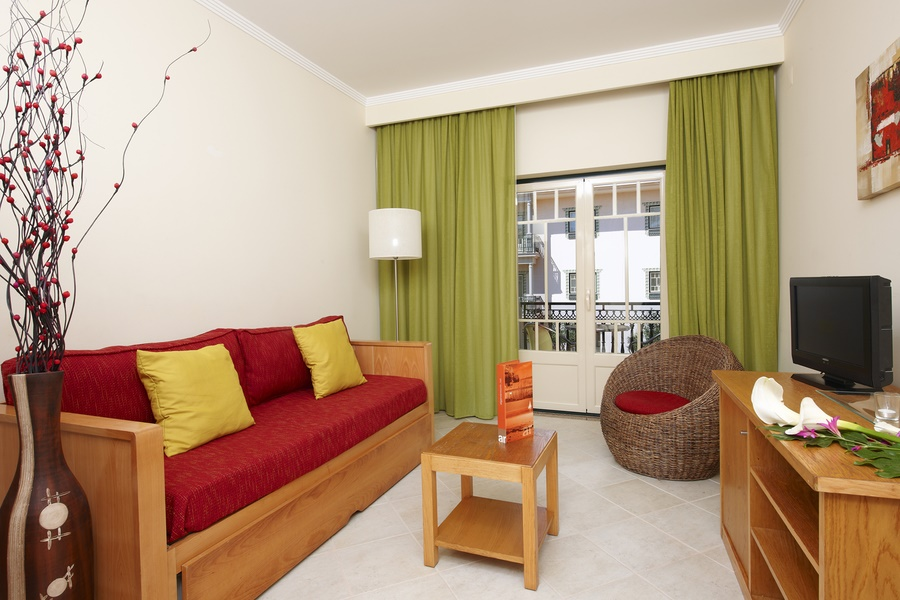 Stay at the Quinta Pedra dos Bicos Apartments, Praia da Oura with Sunway